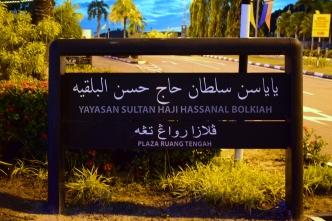 tablica informacyjna przed meczetem