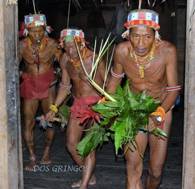 trzech szamanów podczas uroczystego tańcana cześć gongu