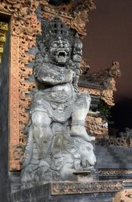liczne wspaniałe figurki hinduistyczne