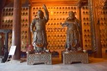 wnętrze świątyni z licznymi posągami