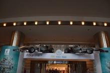 w głównym holu wiszą dwa bolidy Formuły 1