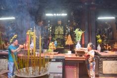 wszechobecny dym w świątyniach