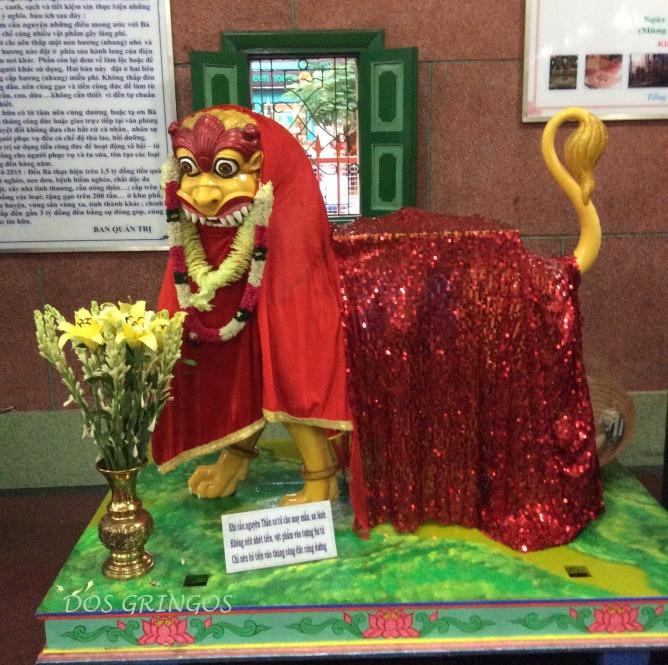 figurka we wnetrzu świątyni hinduistycznej