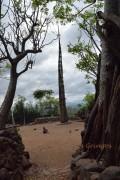 centralna część wioski ze słupem pokoleniowym i kamieniem dorosłości