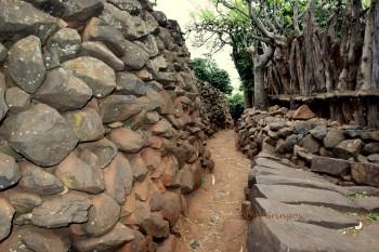 kamienny mur i ścieżka